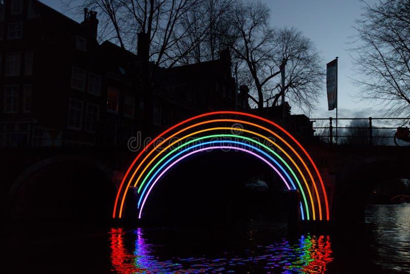 €œBridge illuminato del  di Rainbow†di notte al festival della luce di Amsterdam immagine stock libera da diritti