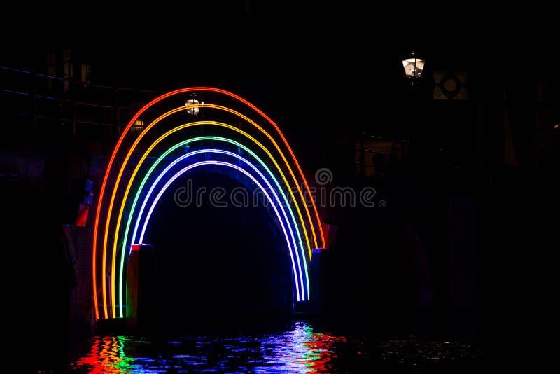 €œBridge illuminato del  di Rainbow†di notte al festival della luce di Amsterdam fotografie stock libere da diritti