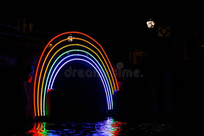 €œBridge iluminado do  de Rainbow†na noite no festival da luz de Amsterdão fotos de stock royalty free