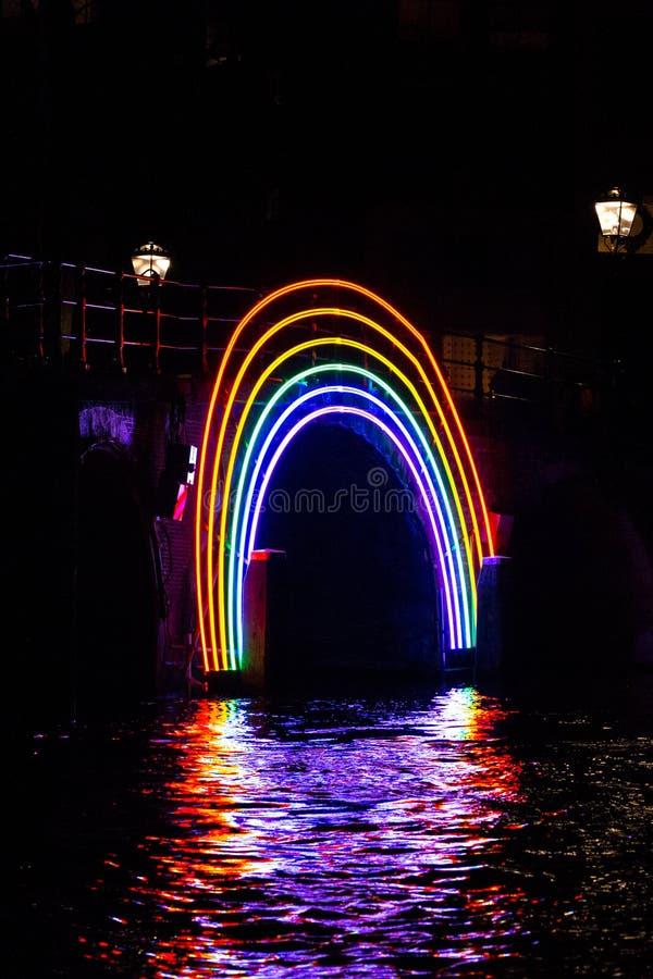 €œBridge iluminado do  de Rainbow†na noite no festival da luz de Amsterdão imagens de stock