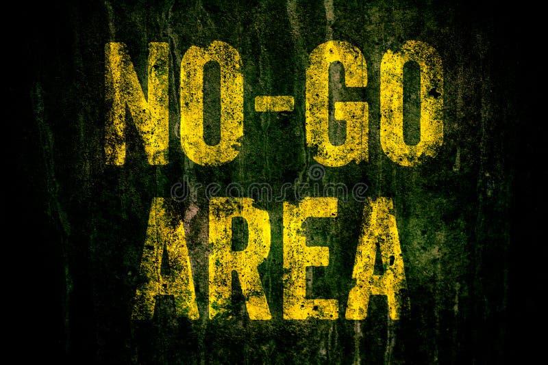 €œNo-går Area†varning undertecknar in gula brev som målas över den mörka grungy betongväggen med mossa arkivbild