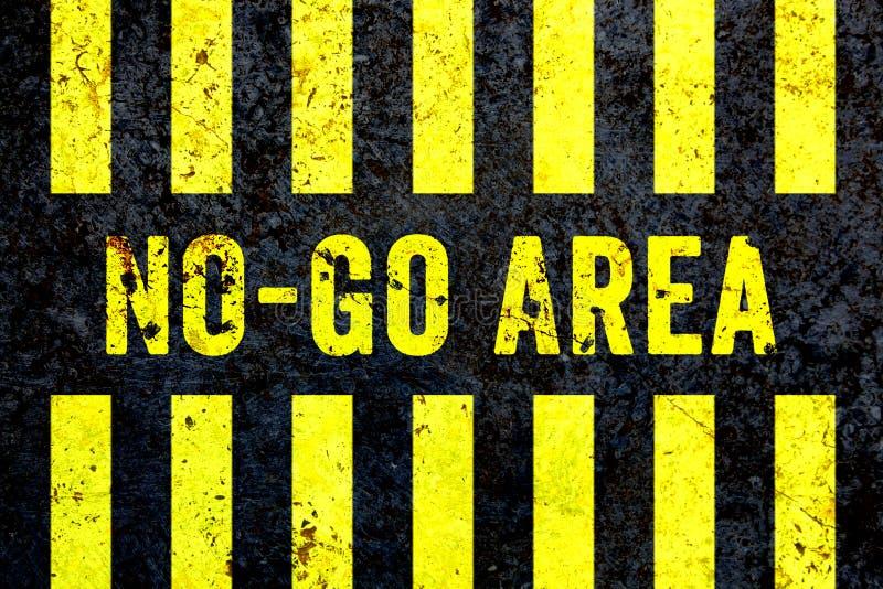 €œNo-går Area†varning undertecknar in gula brev som målas på den grungy betongväggen med gula band stock illustrationer