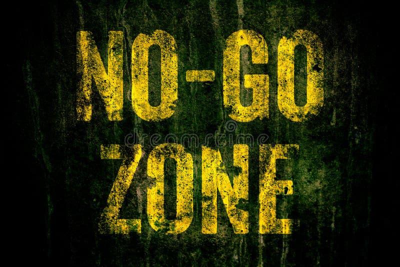 €œNo-går Zone†varning undertecknar in gula brev som målas över den mörka grungy betongväggen med mossa royaltyfria foton