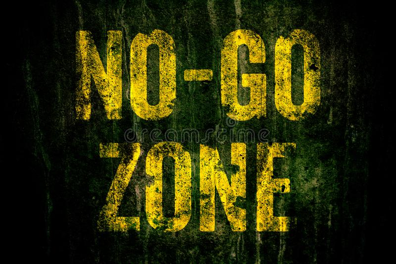 €œNo-va il  di Zone†segnale di pericolo dentro le lettere gialle dipinte sopra il muro di cemento grungy scuro con muschio fotografie stock libere da diritti