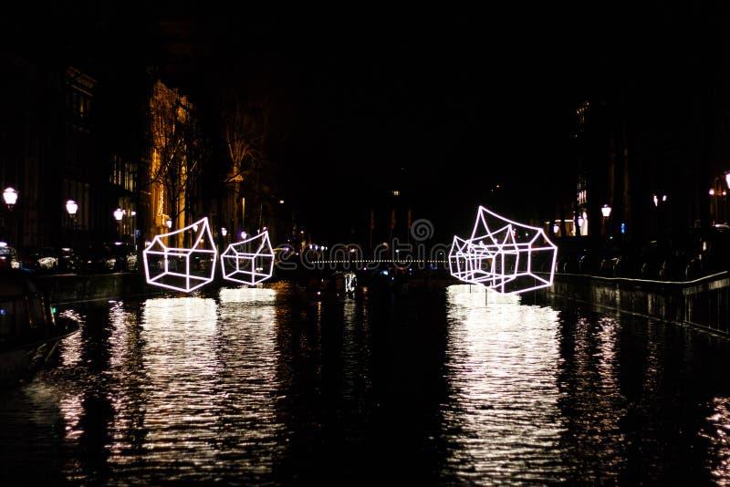 €œWelcome iluminado das casas a meu  do home†na noite no festival da luz de Amsterdão fotos de stock royalty free