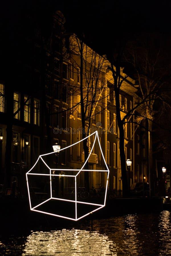 €œWelcome iluminado das casas a meu  do home†na noite no festival da luz de Amsterdão fotos de stock