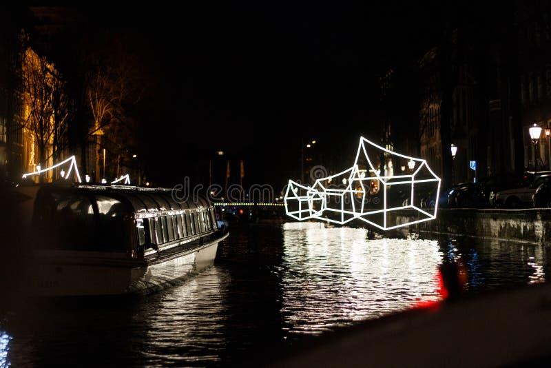 €œWelcome iluminado das casas a meu  do home†na noite no festival da luz de Amsterdão imagens de stock royalty free