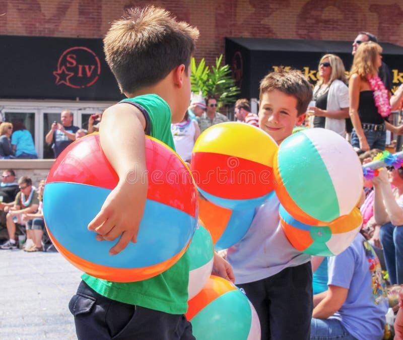 €ŽMay 5 2011 zwei Jungen Kansas Citys USA Donnerstag spielen mit Armsful Wasserbällen an Parrothead-Partei an der Macht u. lizenzfreies stockfoto