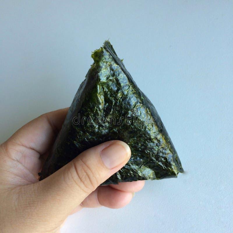 €˜Onikiri' в руке дамы традиционное еды японское стоковое фото rf