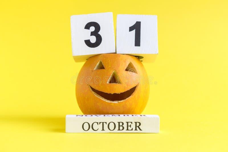 €™ Lantaarn Jack Oâ met eenendertigste van oktober-datum op houten kalendersamenvatting stock fotografie