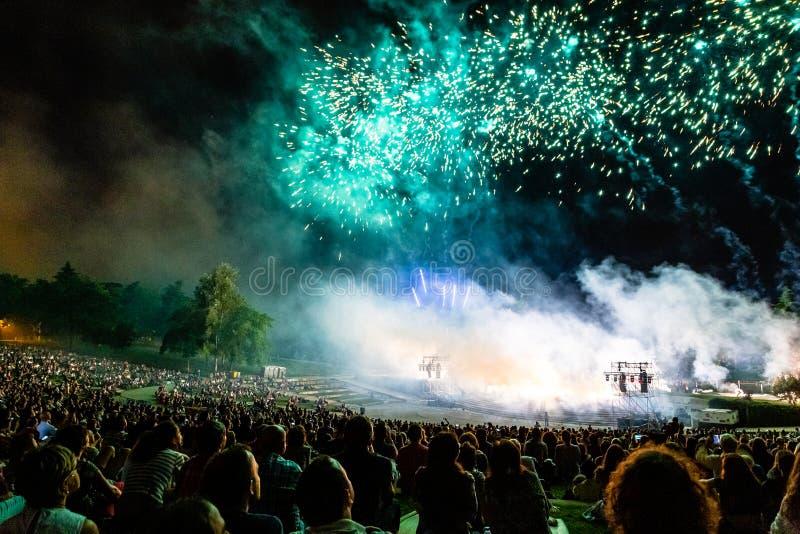 € «Мадрид 15-ое мая 2019, Испания: толпа людей в Parque Tierno Galvan для фейерверков показывает во время фестиваля Сан Isidro стоковое изображение rf