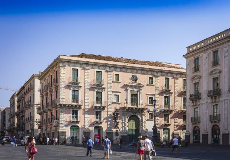 € «14-ое августа 2018 Катании, Сицилии, Италии: люди идя на квадрат dell'Universita аркады университета стоковые изображения rf
