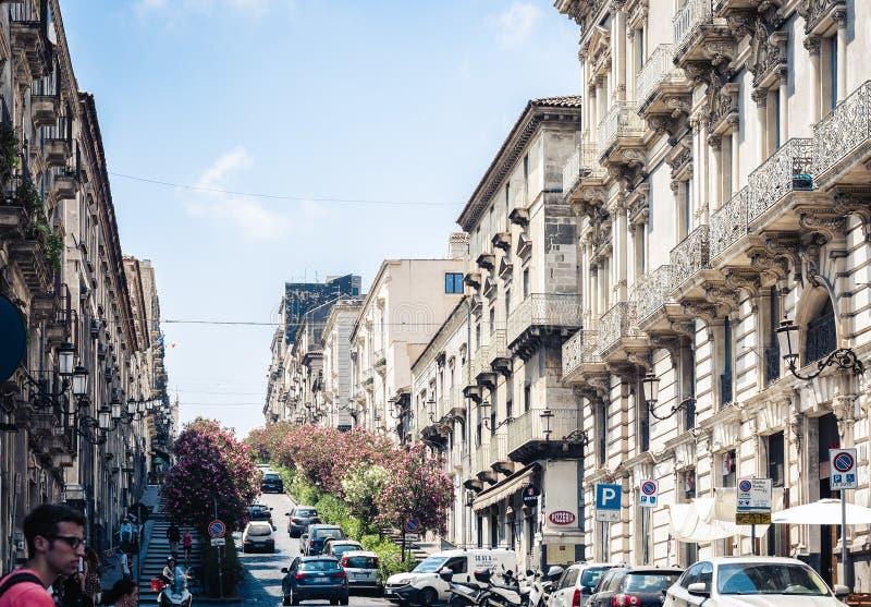 € «4-ое августа 2018 Катании, Сицилии: красивый городской пейзаж Италии, исторической улицы Катании, Сицилии, фасада старых здан стоковое фото rf