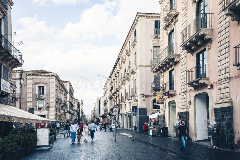 € «15-ое августа 2018 Катании, Сицилии: люди идут на историческую улицу Катании, Сицилии, перемещения к Италии стоковое изображение