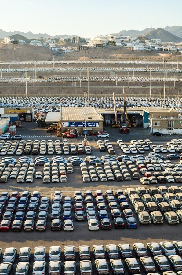 € «7-ое ноября 2017 EILAT, ИЗРАИЛЯ: новые автомобили выровнялись вверх в порте груза Eilat, Израиля стоковое изображение