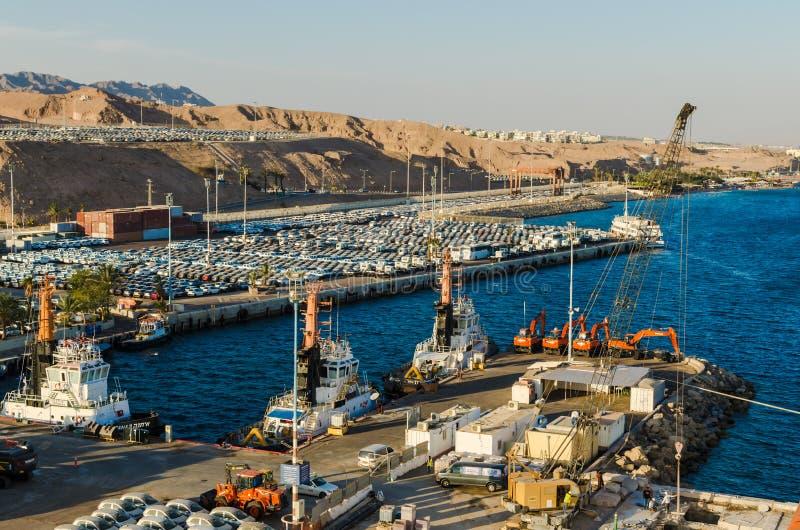 € «7-ое ноября 2017 EILAT, ИЗРАИЛЯ: порт груза и новые автомобили для продажи в Eilat, Израиле стоковые фото