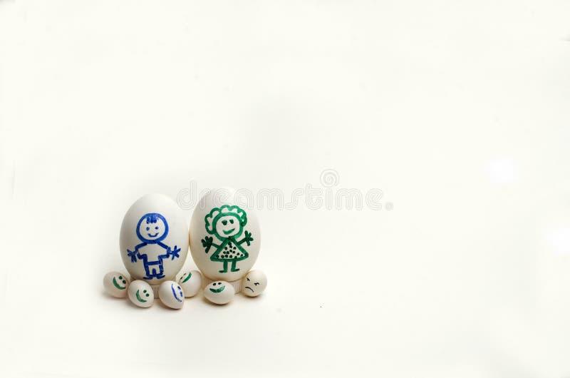 € состава «символ семьи покрасило яичка различных размеров, родителей и 5 детей смешных, одного сердитого, копируют космос стоковое фото
