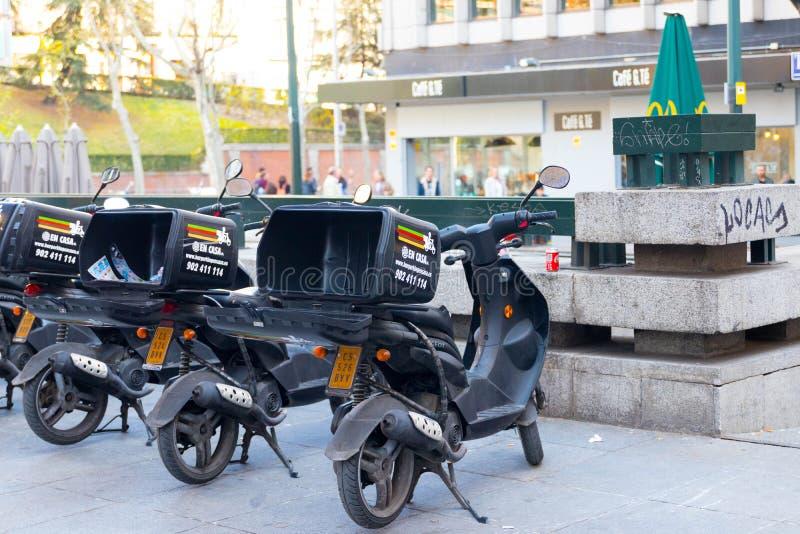 """€ """"03 do Madri/Espanha 03 2019: Serviço do 'trotinette' de Burger King Delivery na Espanha do Madri fotos de stock"""