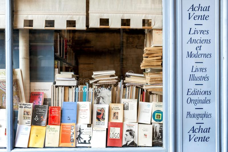 """€ """"CHAMPAGNE - FRANCIA di REIMS 17 AGOSTO 2017: Libreria con la facciata di legno dei libri antichi con un retro incanto france fotografia stock"""