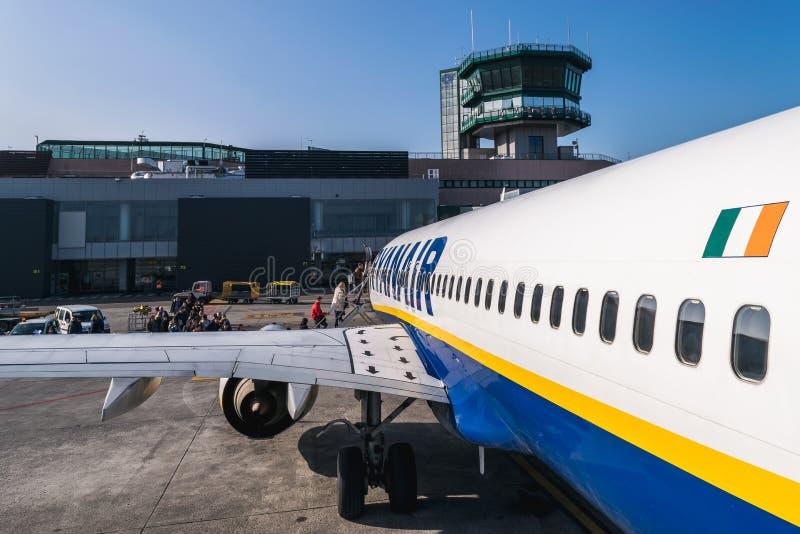 """€ da BOLONHA, ITÁLIA """"fevereiro de 2016: Passageiros que embarcam o je de Ryanair fotografia de stock"""