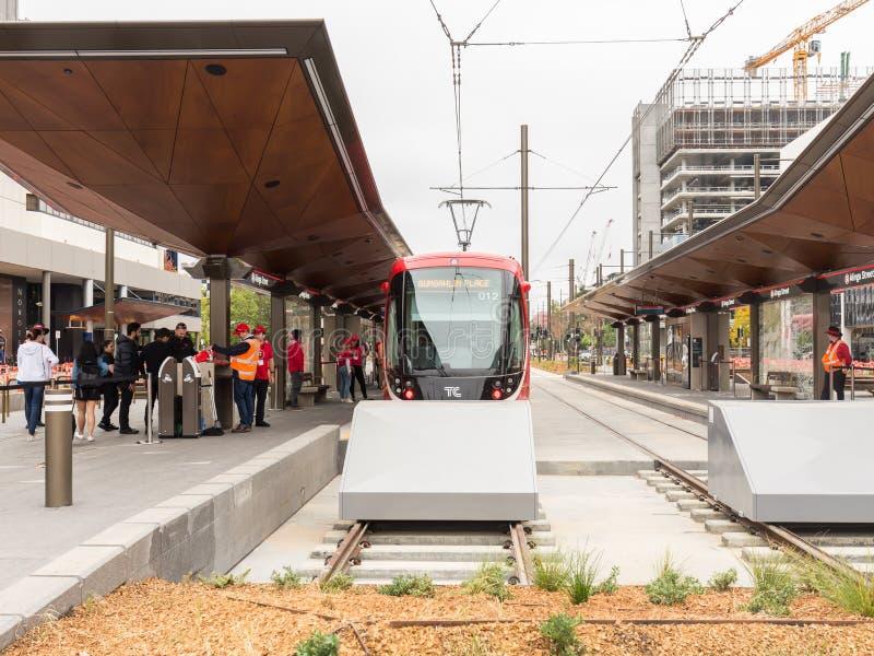 € de CANBERRA, AUSTRALIE «le 20 avril 2019 : Passagers montant à bord d'un véhicule de rail léger à l'arrêt de terminus de rue  photo libre de droits