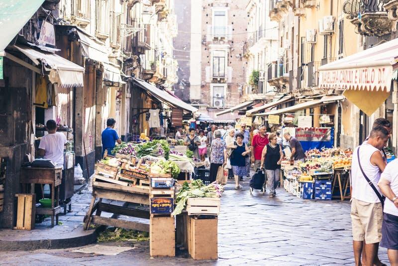 € de Catane, Sicile, Italie «le 16 août 2018 : place du marché avec les personnes qui légumes et fruits de achat photographie stock libre de droits