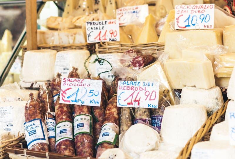 """€ de Catania, Sicilia, Italia """"11 de agosto de 2018: queso y salami italianos en el mercado fotografía de archivo"""