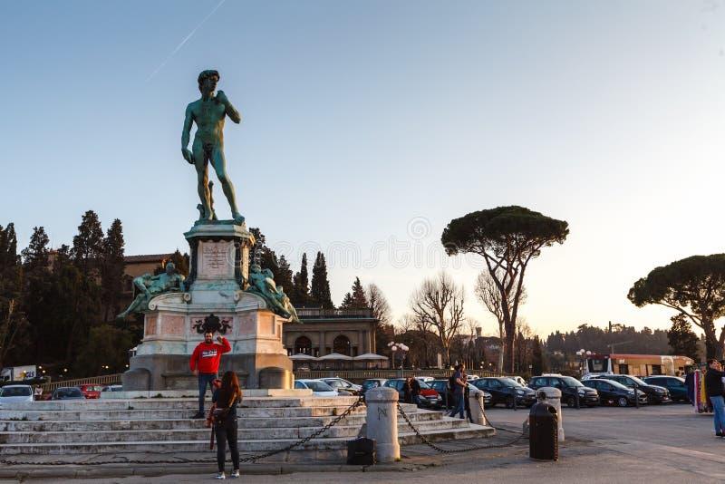 """€ de FLORENCIA, ITALIA """"20 DE FEBRERO DE 2019: la vista de una copia de la estatua de David instaló en el cuadrado cerca del cha imagenes de archivo"""