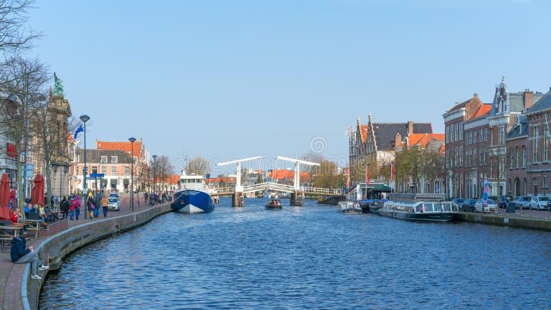 """€ de Haarlem, Países Bajos """"14 de abril de 2019: Canales y arquitectura, Países Bajos de Haarlem fotografía de archivo"""