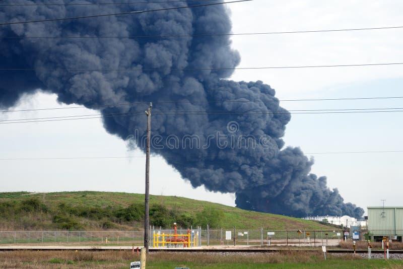 € de HOUSTON» un feu à un feu pétrochimique de petroch de Houston-secteur Une plume de fumée se lève d'un feu pétrochimique au photographie stock