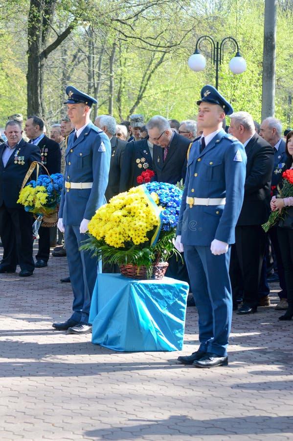 """€ de Kharkiv, Ucrânia """"26 de abril de 2018: Flores de Moleben e de colocação foto de stock royalty free"""