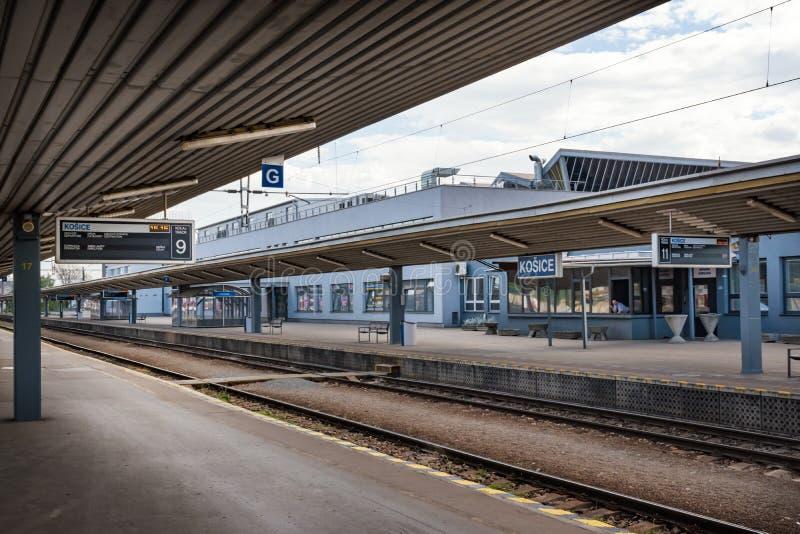 """€ de KOSICE, ESLOVÁQUIA """"1º DE MAIO DE 2019: Plataformas quase vazias da estação de trem principal em Kosice Eslováquia imagens de stock royalty free"""