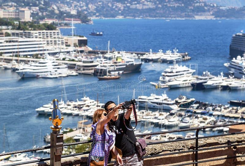"""€ de Mônaco, França """"24 de julho de 2017: Pares novos no amor que toma selfies em Mônaco luxuoso (Monte - Carlo) foto de stock royalty free"""