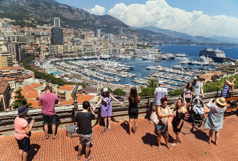 """€ de Mônaco, França """"24 de julho de 2017: Povos do turista que tomam a foto perto da vista pitoresca do porto em Mônaco luxuoso imagens de stock royalty free"""