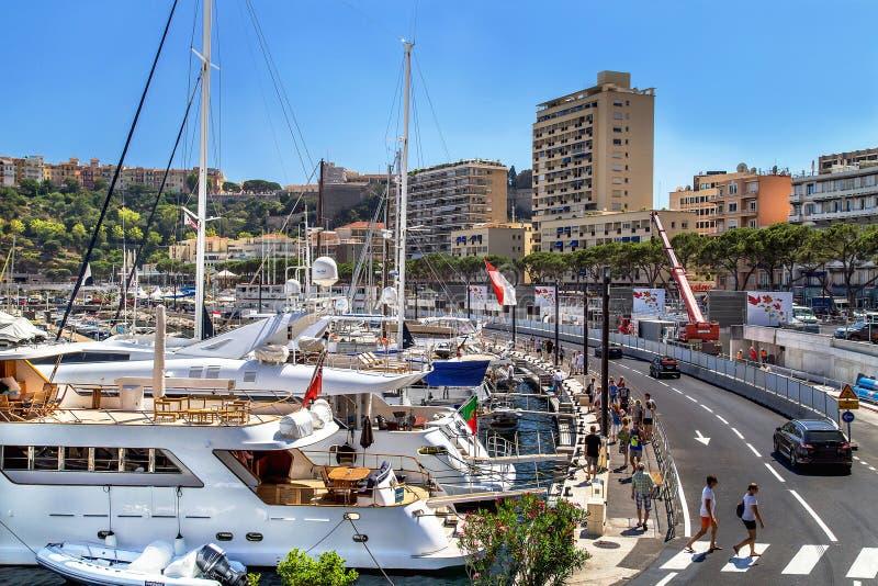 """€ de Mônaco, França """"24 de julho de 2017: Vista cênico de ruas da cidade com construção e de porto com o iate caro de Mônaco lux imagens de stock"""