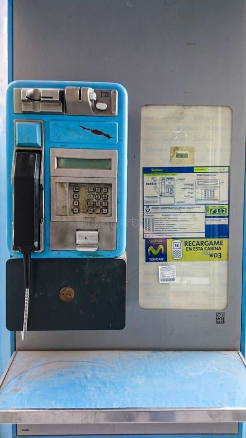 """€ de MANISES, ESPAÑA """"30 de diciembre de 2018: Teléfono público en la calle imagen de archivo"""