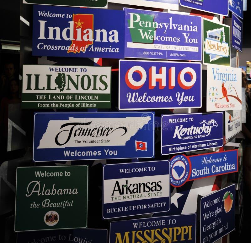 """€ de Milão, Itália """"30 de junho de 2015: Placas bem-vindas dos estados americanos principais em um único painel Nevada, Utá, Neb imagens de stock"""
