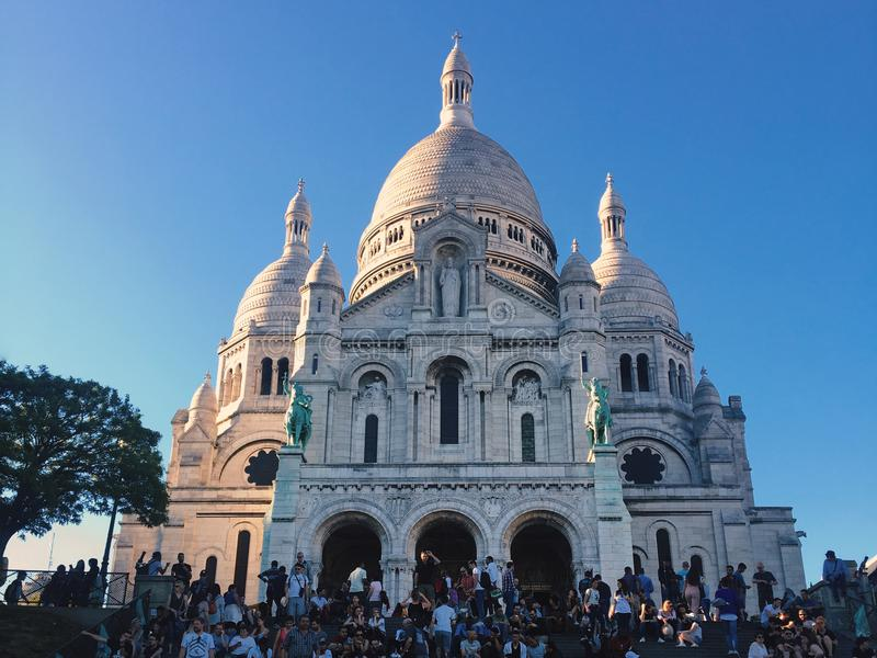 """€ de París, Francia """"7 de mayo de 2018: la basílica de Sacre Coeur en la colina de Montmartre imagenes de archivo"""