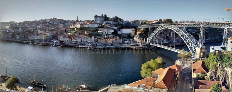 """€ de Porto, Portugal """"12 de maio de 2019: Povos que apreciam a vista das casas e do rio da ponte de Luis I do metal foto de stock royalty free"""