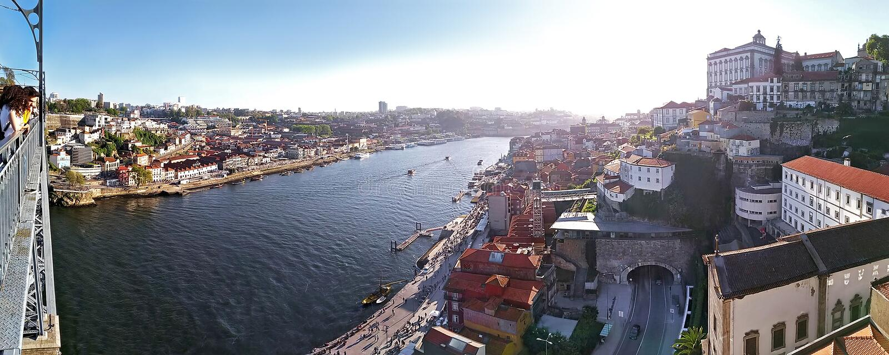"""€ de Porto, Portugal """"12 de maio de 2019: Povos que apreciam a vista panorâmica de casas e do rio velhos de Douro da ponte de Lu fotos de stock"""