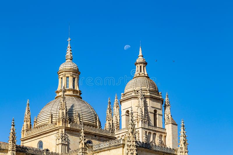 € de Ségovie, Espagne «le dôme de la cathédrale de Ségovie avec la lune derrière photos libres de droits