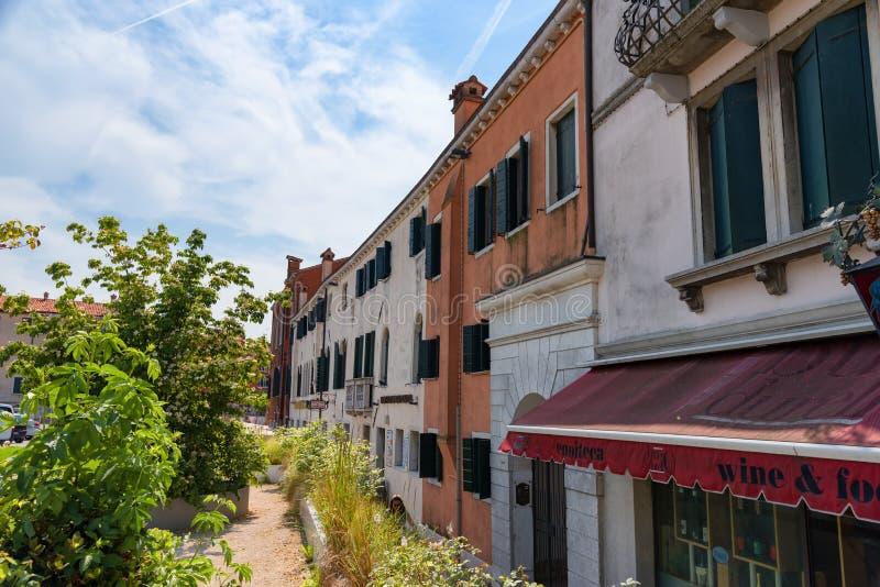 """€ de VENECIA, ITALIA """"23 de mayo de 2017: Calle estrecha tradicional del canal con las góndolas y las casas viejas en Venecia, I foto de archivo"""