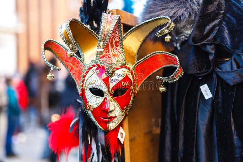 € de VENISE, ITALIE «LE 22 FÉVRIER 2019 : le symbole du carnaval à Venise, le masque aux marchands ambulants images stock