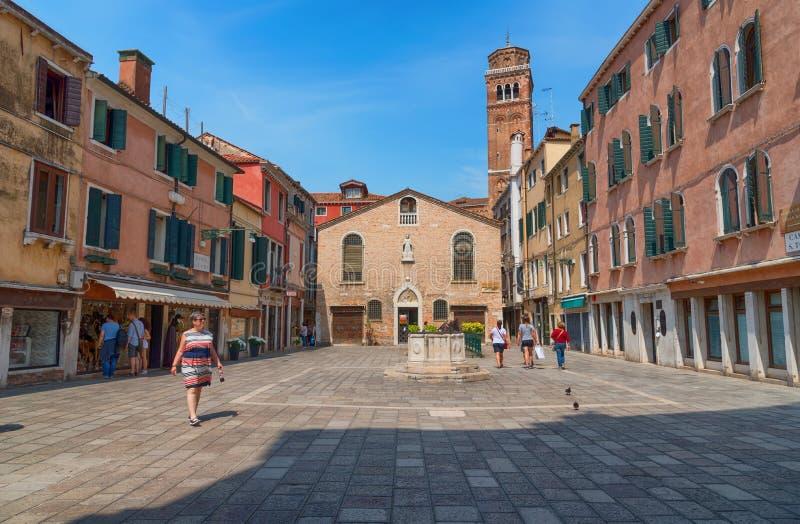 € de VENISE, ITALIE «le 23 mai 2017 : Belle rue vénitienne avec de vieilles maisons dans un jour d'été ensoleillé photographie stock libre de droits