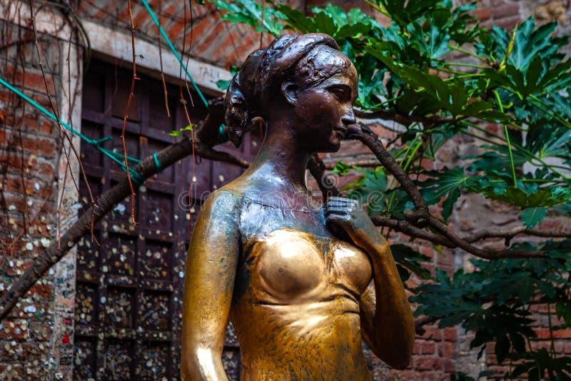 """€ de Verona, Itália """"março de 2019 A estátua de Juliet no jardim da casa e do museu do Gótico-estilo 1300s, com um balc fotografia de stock royalty free"""