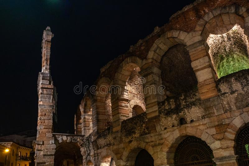 """€ de Verona, Itália """"março de 2019 Os di Verona da arena um anfiteatro romano antigo da noite em Verona, Itália nomearam imagens de stock"""