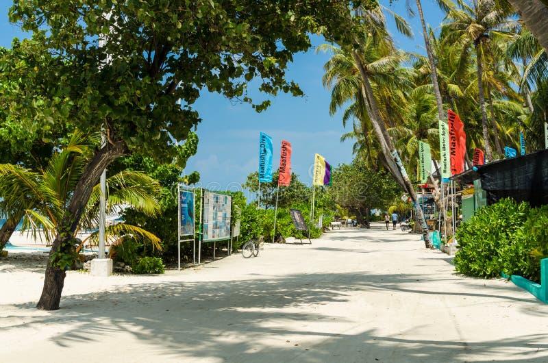 """€ dell'isola di Maafushi, Maldive """"novembre 2017: La via centrale dell'isola di Maafushi, corrente lungo la spiaggia, le Maldive fotografia stock libera da diritti"""