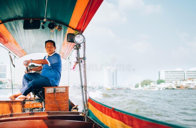 € di Bangkok, Tailandia «1° MARZO 2019: Ritratto dell'uomo tailandese indigeno che dirige la barca del longtail a Bangkok, Taila fotografia stock