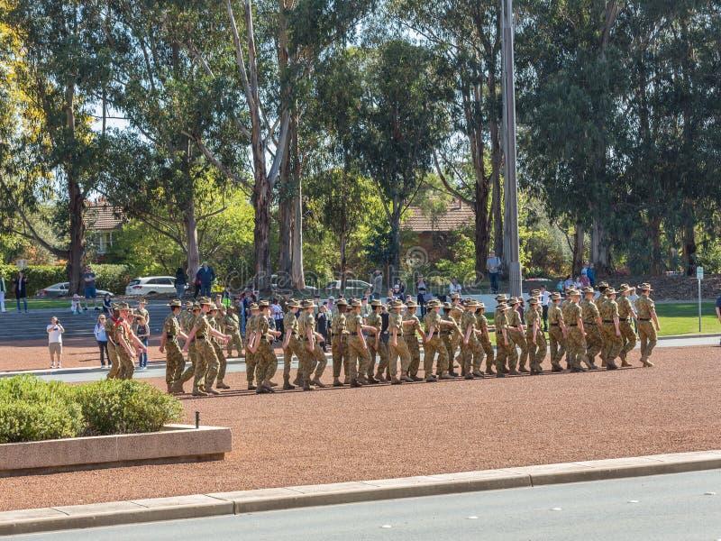 € di CANBERRA, AUSTRALIA «25 aprile 2019: Un contingente che marcia ad Anzac Day National Ceremony tenuto annualmente a Canberra fotografie stock libere da diritti