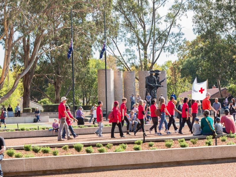 € di CANBERRA, AUSTRALIA «25 aprile 2019: Un contingente che marcia ad Anzac Day National Ceremony tenuto annualmente a Canberra fotografie stock